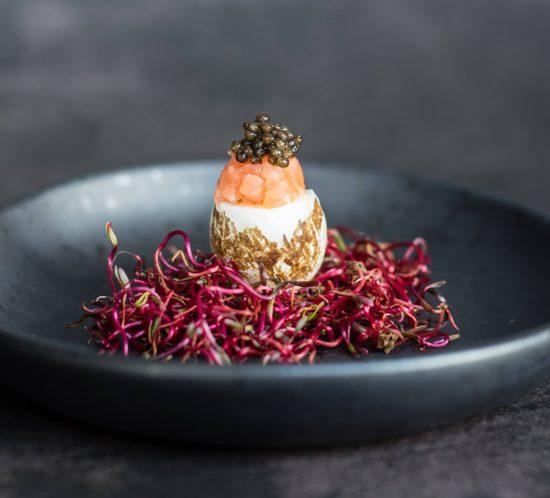 Putpelės kiaušinis su lašiša ir ikrais